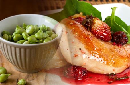 cuartos de pollo con frutos rojos y habitas receta